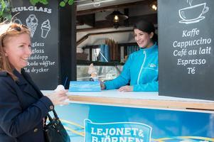 Christina Betzekis har glassboden Lejonet och Björnen tillsammans med sin familj.
