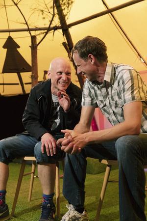 Mattias Åhlén, här som Kalle och Jon Karlsson, här som Jocke, spelar föreställningens alla roller. Foto: Per Eriksson
