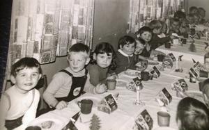 Peggy är det tredje barnet från vänster. Här är hon orolig, då hennes bror längre bort på samma rad, är ledsen.