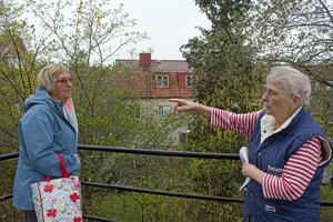 Gunilla Ljusterdal och Ing-Britt Klang på Åsgatan är emot planerna på ett nytt höghus på Hammarbygatan som blir granne med deras bostäder.