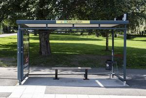 På Kaptensgatans hållplats på Östermalm har vandaliserats två gånger på två dagar.
