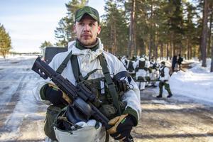 Militärövning på Flygstaden i Söderhamn.  Kalle Löfbom på bilden.