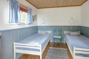 Ett av uthusen har inretts som gäststuga och har plats för två sängar. Foto: Svensk Fastighetsförmedling.