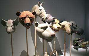 Djurmasker av Arne Högsander. Björnmasken inspirerade rockbandet Teddybears som har på sig kopior av den när de uppträder.