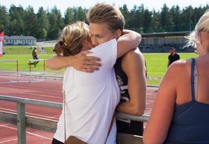 Jonathan Holm sprang för Strands IF på 110 meter häck. Han imponerade med svenskt årsbästa och den sjunde bästa tiden i Sverige genom tiderna. Efteråt kramas han om av familj och vänner.