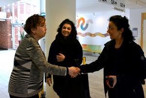 Professor Sonia Andersson tackar Asal och hennes mamma Halle för gästföreläsningen på Karolinska institutet.
