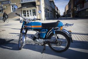 Birgitta Berglund fick den här fina mopeden 1975 när hon var 15 år. Hon använder den fortfarande för att ta sig till och från jobbet på Hjälpmedelscentraleni Lugnvik.