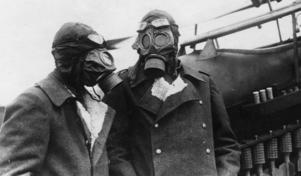 Det var gasmasken, ofta använd under första världskriget, som blev inspirationen till Across the field. Den här bilden, som togs 1918, visar två tyska flygofficerare. Foto. Armémuseum
