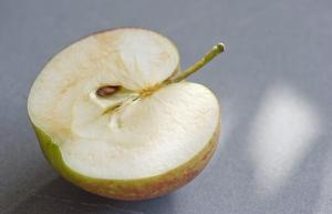Ett halverat äpple, där kärnorna tittar fram. Foto: Leif R Jansson/TT
