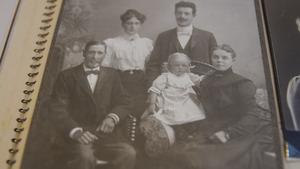 Matilda Desell, Carl Hedberg med Carl Hedbergs föräldrar (kommunalordförande Albert Eriksson och Amanda Hedberg), sittandes på bilden. I knät Carl och Matildas dotter Ellen.