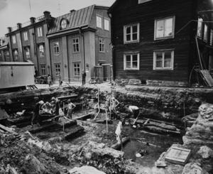 Gravar från slutet av 900-talet påträffades vid en utgrävning på Bondtorget 1974. Men inga spår av någon kyrka påträffades. Foto: VLT.