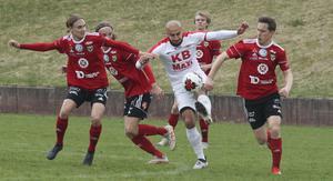 Pashang Abdulla, i vitt, stångas med fyra försvarare i en seriematch mot Valbo. Abdulla har under säsongen gjort 26 mål och har med det stått för nästan hälften av lagets målskörd i serien.