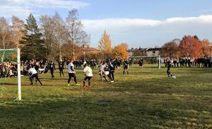 Bollen på ena sidan av bilden och två närkamper på den andra. Spelet övergår ofta i hårdhänta brottningsmatcher när gymnasieföreningarna möts i sin årliga fotbollsmatch.