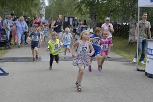 Löptävling med spring i benen samlad närmare 100 barn, som ett nytt islag på Idre Yrans festivalområde.