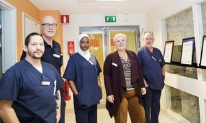 Arbetskamraterna är en anledning till att Cathrin Dahlström, tvåa från höger, trivs på jobbet på budservice. Jakob Isaksson, som även han tidigare jobbat på Ericsson, Göran Eckerman, Aisha Mohamed och Per Lindholm, också han tidigare Ericssonanställd, är några av dem.