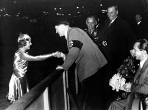 Sonia Henie skakar hand med Adolf Hitler under en uppvisning i Berlin 1934.