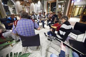 På lördagen bjuder stämman in till konsert. Där kommer deltagarna att spela i grupper efter ett program som tagits fram av arrangören.