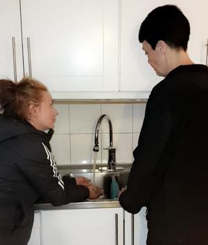 I maj: Grannarna Angelica Johansson, t v, och Marie Palmqvist i Brickebacken har inte haft något varmvatten på en vecka. – Vi har haft lite