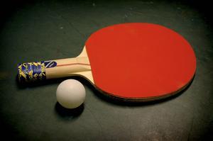 Jurister och politiker har agerat som två spelare i en pingismatch. Och bollen i matchen är straffet för mord, menar Dennis Martinsson.