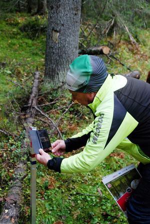 Motionärerna letar kontroller, som kallas checkpoints, i skogen via kartan. Koderna som står på kontrollerna kan man registrera på orienteringsförbundets hemsida. Därefter kan man jämföra sina egna resultat med andras samtidigt som man är med i utlottning av priser.
