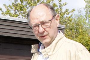 Nicolas Persson undrar om politikerna har funderat på någon alternativ väg för att avlasta Björnövägen.