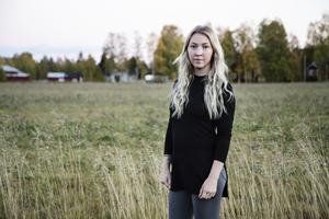 Therese Gabrielsson och hennes sambo höll på att krocka på vägen till BB.