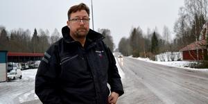 Raksträckan före och genom Bispberghyttan inbjuder till fortkörning, menar Markus Hällbo och andra oroliga bybor.