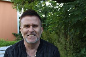Jan Johansen sluter upp med Johan Boding på scenen i Folkets Hus i Nynäshamn lördagen den 5 oktober.