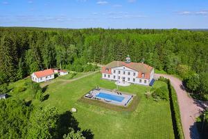 2. Gården i Norberg fick 63 289 klick. Mäklare är Elin Hjalmarsson på Carlsson Ring Fastighetsmäklare.