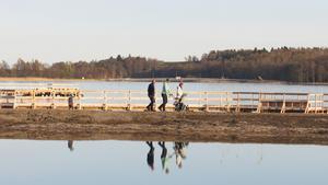 Familjen Andersson, som flyttade till Hamre för ett år sedan, är glatt överraskade över dammbygget som har gett ett promenadstråk med mycket kontakt med Mälaren.  Här promenerar Kim och Annika med fyraårige sonen Jonathan, hans farfar Lars och lillasyster Emma.