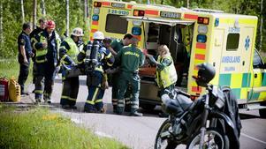 Tre personer fick föras till sjukhus sedan två motorcyklar krockat.