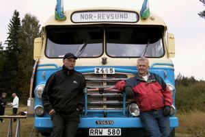 Här visar Roland Ahlström och Arne Jonsson framsidan på bussen/lastbilen som var vanliga framförallt i mellersta och norra Norrland då man levererade mjölk till mejerier i krukor. Runt 1970 försvann den här typen av fordon.