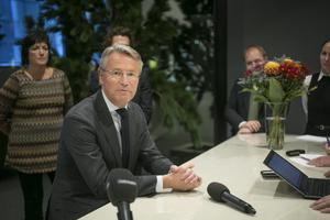 Sandviks koncernchef Björn Rosengren. Snett bakom till vänster står SMT:s vd Petra Einarsson.