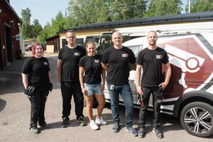 Malin Haqvinsson, Esbjörn Halsius, Therese Kjellgren, Mathias Salo och Fredrik Grann är glada över att kunna bidra till brandbekämpningsinsatsen.