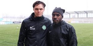 Albin Linnér (till vänster) och Rickson Mansiamina provspelar med VSK.