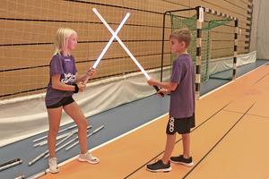 Ludosport är en ny sport där man fäktas med ljussvärd. Här prövar Linnea Johansson och Vincent Boback den nya sportgrenen.