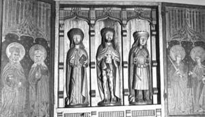 Det här är ett altarskåp från 1500-talet som finns i Fjällsjö kyrka. Det uppmärksammades 1968 och fick vara med på en utställning om träsnidaren Haakon Gulleson i Stockholm