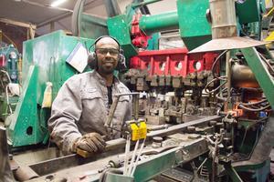 Kahsai Beyene är en av smederna i Wetterlings yxfabrik.
