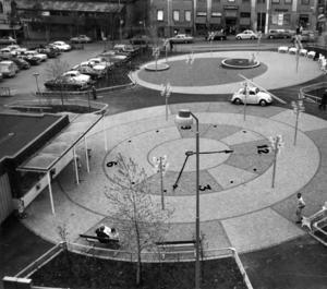 I slutet av 1960-talet var det dags att förändra Stortorget och så här såg den övre delen av torget ut 1969. Ja, inte klockan, förstås. Den hade ÖP:s tecknare Karl-Iwar ritat in på bilden som ett förslag på var en klocka skulle kunna placeras på torget.