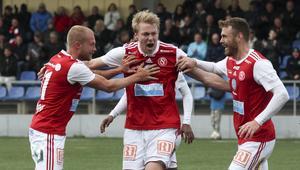 Olof Mård skriker ut sin målglädje efter 1–0. Och Rasmus Lindgren och Leo Englund kan bara jubla med.