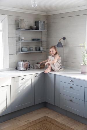Spralliga Ida hoppar upp på köksbänken och kollar om det finns några goda kakor.