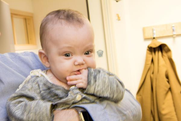 Saga Smedh Franzén var 32 centimeter lång och vägde 835 gram när hon föddes den 25 maj. Hon har haft en tuff start i livet med flera operationer och akuta helikopterfärder mellan sjukhuset i Västerås och Akademiska i Uppsala. Hon får fortfarande näringslösning direkt in i hjärtat via en kateter och är beroende av donerad bröstmjölk eftersom tarmarna inte klarar något annat.