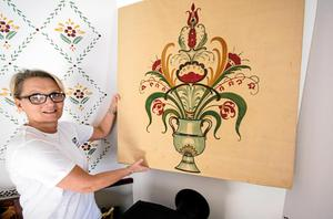 Kristina Leijonhufvud visar upp en tavla med kurbitsmålning som härstammar från det gamla Elsas. Foto: Arkiv