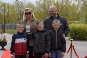 Engla Pettersson och Robin Petterson med Jolie, Romeo och Enzo. Foto: David Söder