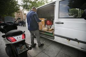 Hjälparbetaren Philippe delar dagligen ut mat till hemlösa på Paris gator.