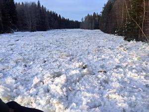 Den sju hundra meter långa isproppen ställer till problem längs ån.
