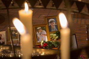 Blommor och ljus till minne av 19-åriga Simon Gustafsson som för ett år sedan föll offer för det meningslösa våldet.