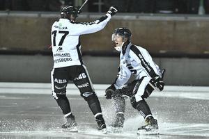 Sandvikens Rasmus Forslund grattas av Daniel Mossberg efter ett mål i november. Mossberg gjorde tre av målen när SAIK avancerade till semifinal under tisdagen. Bild: TT.