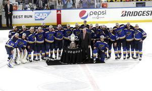 Enligt gängse NHL-skrock ska man inte röra pokalen efter seger i konferensfinalen. Det bröt ingen av St Louis-spelarna mot. Foto: Christian Gooden/TT