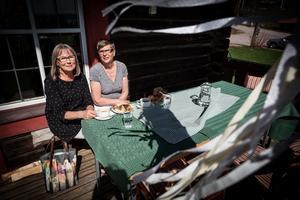 Väninorna Hjördis Norberg och Ingrid Eskils hade plockat på sig många goda kakor.